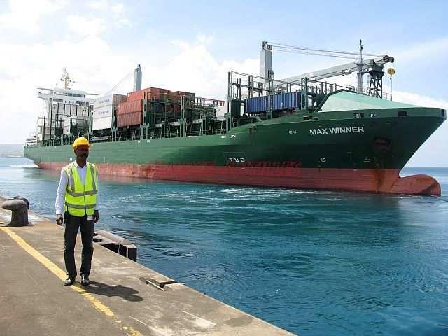 Aux Antilles françaises, la société Transcaraïbes est l'agent maritime de la compagnie StreamLines, afin de s'assurer du bon déroulement des escales (en photo l'un de ses salariés présent sur le quai au Grand Port Maritime de la Martinique).